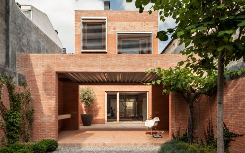 "House 1014, family home and guest house with clay blocks, facing bricks and clay pavers; Brick Award 2016 Grand Prize Winner and Category Winner ""Urban Infill""; Harquitectes; Photo: Adria Goula"